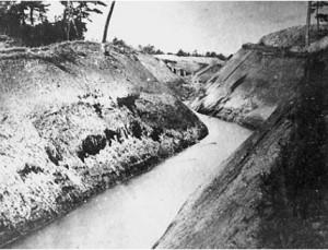 完成した素掘りの用水路(挙母の中心部)『しだれ用水』より